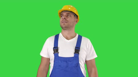 medidor : Amazed builder contractor is showing thumbs up Happy about result of his work on a Green Screen, Chroma Key. Archivo de Video