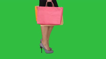 vysoká klíč : Walking legs of shopping lady with shopping bag on a Green Screen, Chroma Key. Dostupné videozáznamy