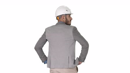 vagabundo : Engineer standing and looking around on white background.
