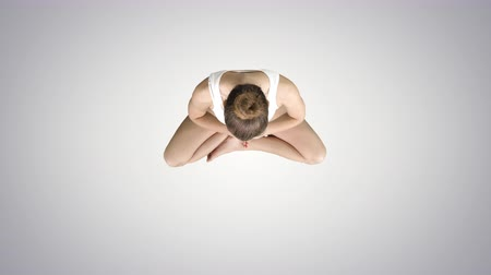 csatlakozott : Young woman practicing yoga on gradient background.