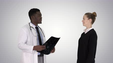 resultado : Physician showing a patient the X-ray results Then patient leaves on gradient background.