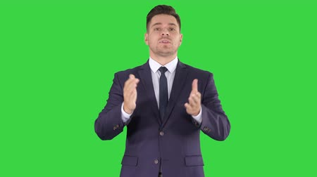 âncora : Meteorologist forecasting on a Green Screen, Chroma Key. Stock Footage