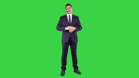 телемаркетинг : Man in formal clother with a headset presenting something on a Green Screen, Chroma Key.