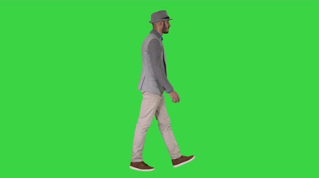 teljes hosszúságú : Casual arabic man in hat walking on a Green Screen, Chroma Key.