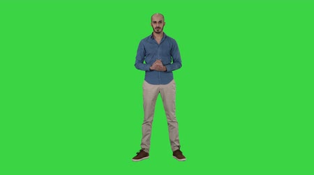 点数 : Arabic man in casual making attention gesture finger up on a Green Screen, Chroma Key. 動画素材