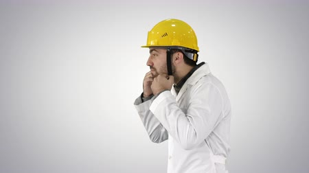 cabeçalho : Engineer or Worker Yellow Safety Helmet Hat Putting on Head on gradient background.