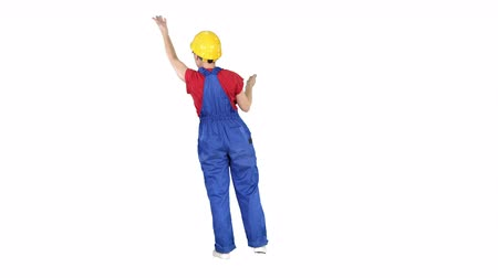 осуществлять : Young woman construction worket doing expressive gestures talking to crawd on white background.