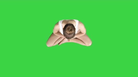 csatlakozott : Young woman practicing yoga on a Green Screen, Chroma Key. Stock mozgókép
