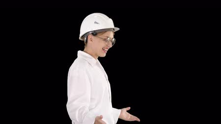 físico : Young scientist in lab coat and hardhat walking and saying something, Alpha Channel