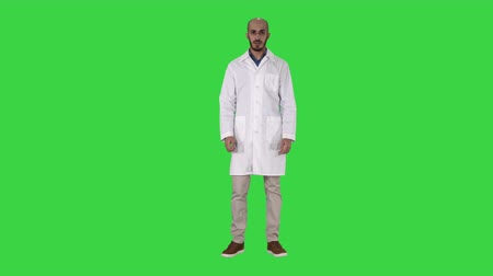 peça : Arabian Doctor Talking to Camera on a Green Screen, Chroma Key. Vídeos