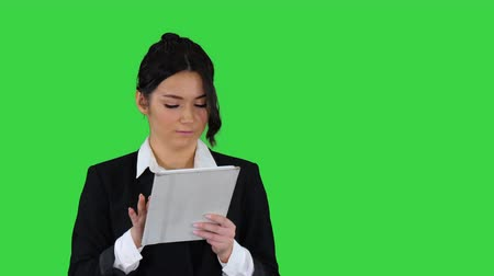 tela : Cute woman in skirt dancing and using digital tablet on a Green Screen, Chroma Key.