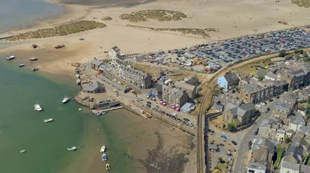 kotvící : Aerial view, zoom in move. Drone panorama over sea, harbor, beach and town of Barmouth, Wales