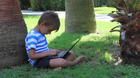 juventude : Boy with laptop