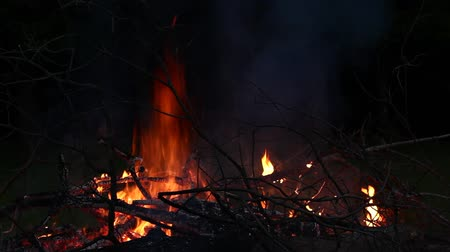 şenlik ateşi : Campfire at night.