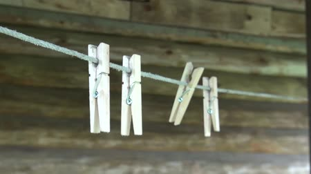 штифт : wooden clothespins on the clothesline Стоковые видеозаписи