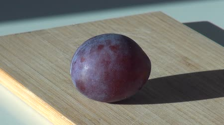 antioksidan : large fresh plum. sweet fruit dessert Stok Video