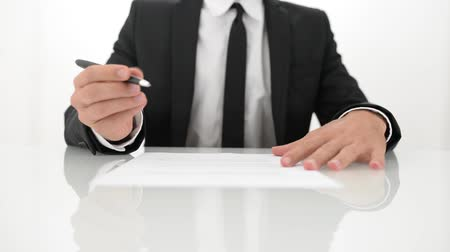 politikacı : Businessman signing a contract on a white table.