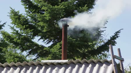 дымоход : The smoke from the chimney in an old house