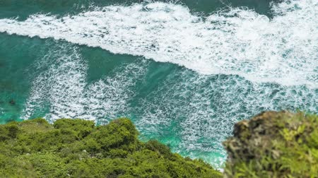 puré : Top view of waves rolling one by one to the Nunggalan Beach, Uluwatu, Bali, Indonesia Stock Footage