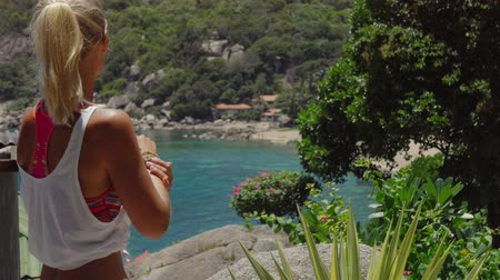 meditující : Tanned sporty female enjoy gorgeous view of Tanote Bay on sunny day. Light ocean breeze ocean breeze sifted through her blond hair. Koh Tao, Thailand Dostupné videozáznamy