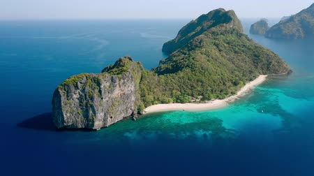 takımadalar : Helicopter Island, Philippines. Aerial drone view of a exotic island with white sand beach, green jungle and coral reef . Tourist routes in the Philippines. Unique spot, summer vacation, hopping trip