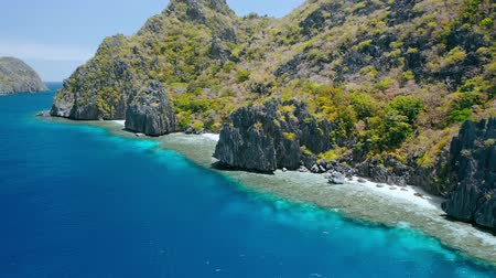 известное место : Matinloc island, El Nido, Palawan, Philippines. Aerial view of cute small beaches, crystal clear water, sharp cliffs and coral reefs. Unique spot, top touristic destination and must-see place