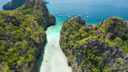 takımadalar : Big Lagoon, El Nido, Palawan, Philippines. Drone aerial fly between limestone cliffs above shallow water on entrance. Most visited Island Hopping Tour A