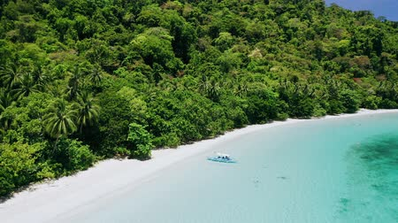 kenu : Aerial view of lonely banca boat on tropical sandy jungle beach with shallow turquoise blue water in Cadlao lagoon. El-Nido. Palawan. Philippines