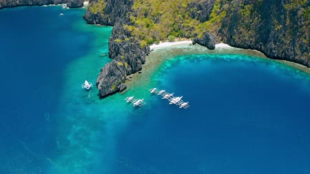 полдень : Aerial view of diving boats near secret lagoon on Miniloc Island. El-Nido, Palawan. Philippines. Bizarre limestone rock formation and blue lagoon with coral reef make this place unique