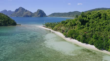 türkiz : 4k Aerial drone fly above las cabanas sandy beach with palm trees. El Nido in background. Palawan, Philippines