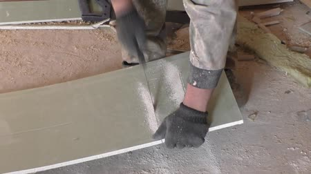 sıva : Work saws plaster sheet saw Stok Video