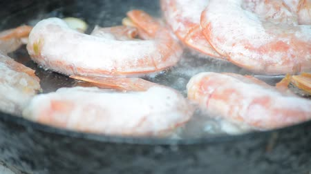 karides : Frozen prawns fried in vegetable boiling oil Stok Video