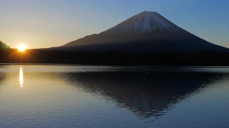 januari : Mt.Fuji en zonsopgang vanaf Lake Shoji Japan 01042019 Stockvideo