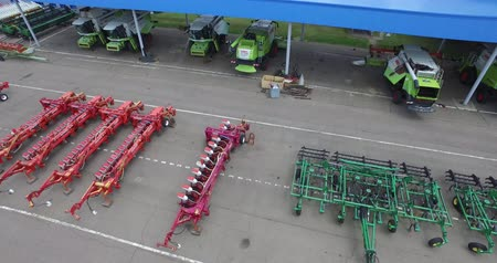 the flight of the camera above the trailers and ploughs to combine harvesters Wideo