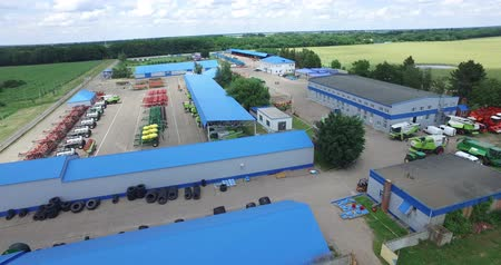 kombajn : the blue roofs of warehouses and the fleet of agricultural machinery Wideo