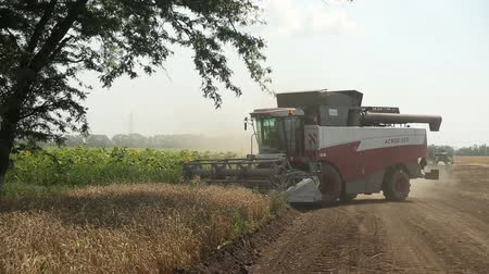 kombajn : harvester leaves the field with dirt road Wideo