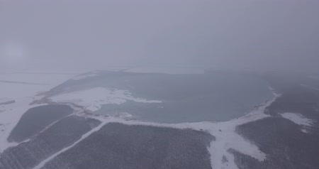 se movendo para cima : Large frozen lake, aerial photography, cold winter