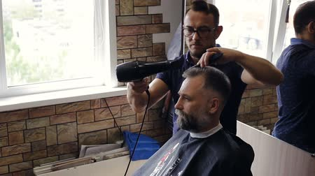 suszarka : Hairdresser makes a mans haircut in the Barber shop