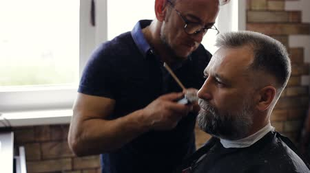 habilidade : The Barber cuts the beard of a customer at the Barber shop