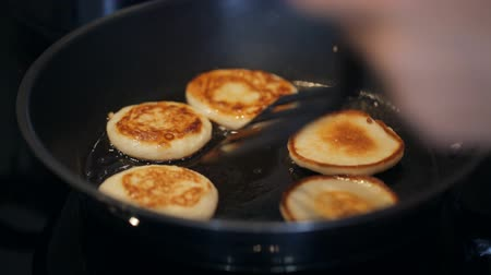оладья : Frying sweet thick pancakes on a pan