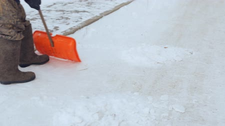 лопата : Janitor cleaning the yard of snow Стоковые видеозаписи