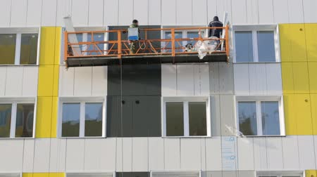pracownik budowlany : Builders working on elevator at building site
