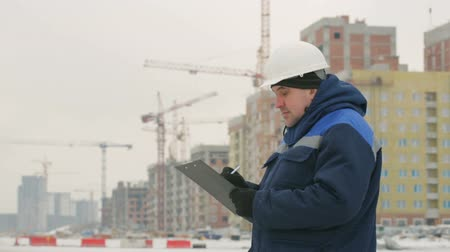 резидент : Foreman supervising major construction project