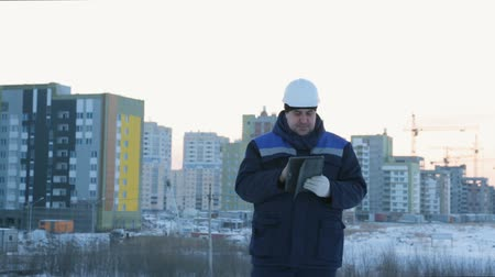 резидент : Foreman with pad at major construction project