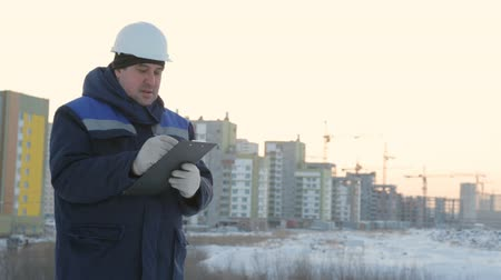 supervising : Foreman with tablet at major construction project Stock Footage