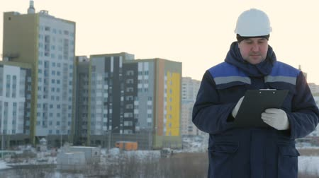 резидент : Foreman with tablet at major construction project Стоковые видеозаписи