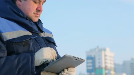 építés : Foreman with tablet computer at major construction project