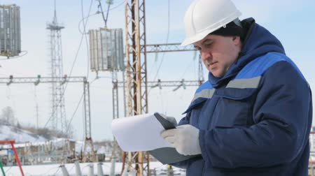 kontrol listesi : Engineer with tablet at electric power station