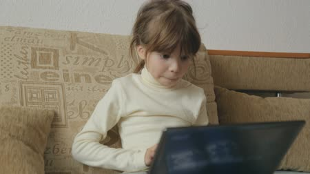 tahriş : Little girl with laptop