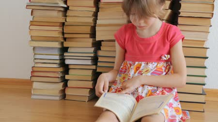 concentrando : Little girl reading on background of books